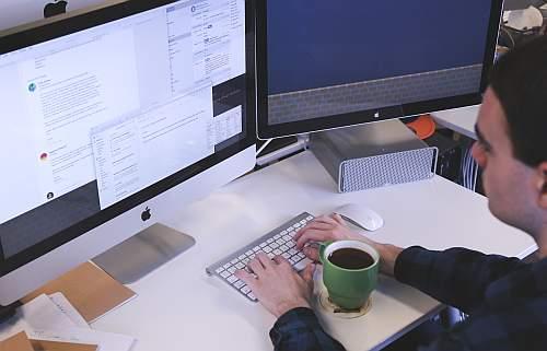 Abbildung: eine optimiete und moderne Büroarbeitstelle