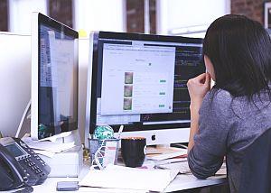 Abbildung: Monitor im Büroeinsatz