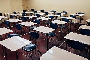 Abbildung: ein leerer Klassenraum