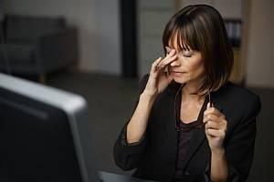Frau nach einem langen Arbeitstag am Bildschirm mit müden Augen