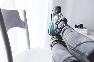 Bild: Füße auf dem Schreibtischstuhl