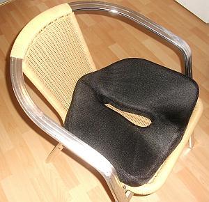 Abbildung: Gartenstuhl mit orthopädischem Sitzkissen