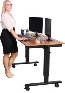 Abbildung: Bürofrau steht am mobilen Schreibtisch