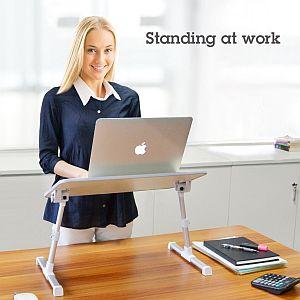 Arbeitsplatzerweiterung im Büro - eine Businessfrau arbeitet an ihrem neuen Steharbeitsplatz