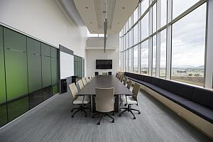 Abbildung: länglicher Raum für Treffen und Besprechungen mit hellem Charakter