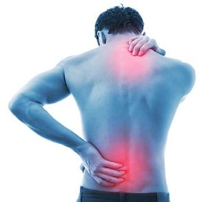 Abbildung: Mann mit Schmerzen in Nacken und Rücken