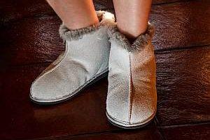 Grafik: Warme Schuhe gegen kalte Füße im Büro oder daheim