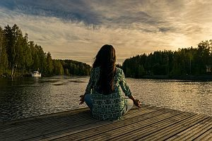 Frau entspannt sich an der frische Luft