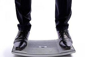 Mann steht auf dem Gymba