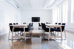 Abbildung: ein heller und bestuhlter Konferenzraum