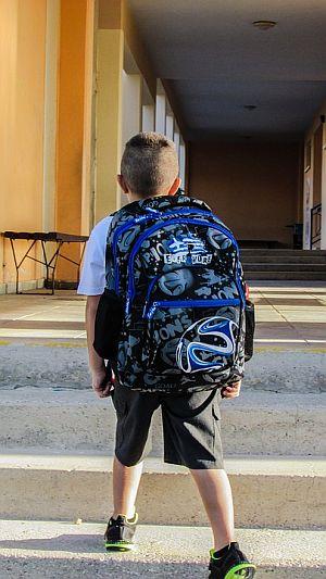 Abbildung: Kind mit großem Schulrucksack