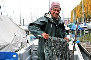 Abbildung: Älterer Mann packt kräftig an