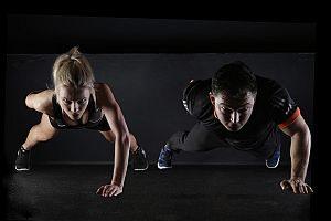 Grafik: Mitarbeiter treiben zusammen Sport