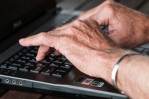 Abbildung: Alte Hände beim Schreiben