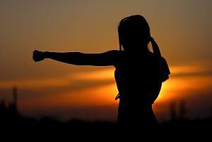 Grafik: Frau betreibt sportliche Aktivität im Rahmen des Arbeitsalltags