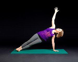 Grafik: Angestellte nutz die Pause für Yoga-Übungen