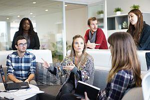 Grafik: Sitzen und Stehen dynamisiert den Arbeitsalltag