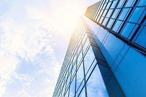Abbildung: Bürogebäude in der prallen Sonne