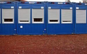 Container mit schützendem Rollo