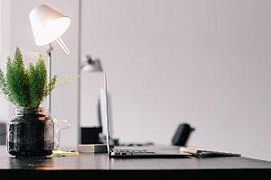 Grafik: ein seitlich beleuchteter Büroschreibtisch