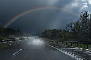 Abbildung: Ein Regenbogen auf der Autobahn