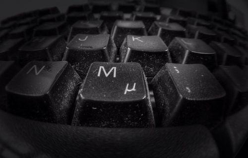 Bild: verschmutze Tastatur im Büro