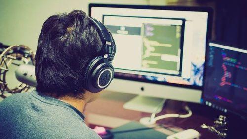Bild: Arbeit an einem hochwertigen Monitor