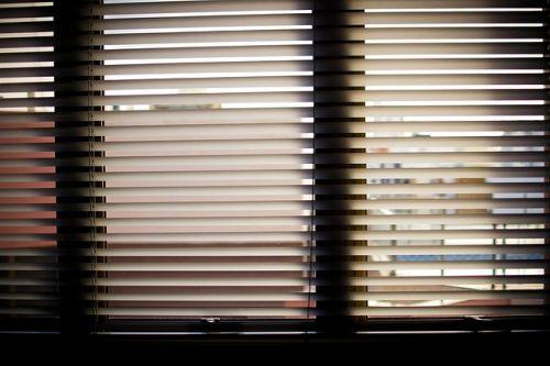 Abbildung: Innenseitiger Sonnenschutz im Büro