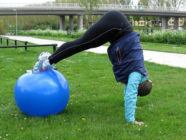 Sportliches Training mit einem Swissball
