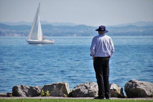 Älterer Mann in Rente am Meer