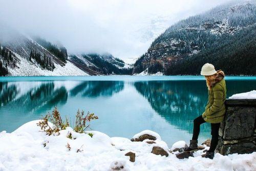 Bild: Frau am See im Winter
