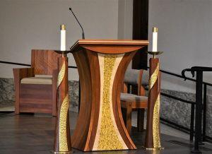 Bild: Rednerpult in der Kirche