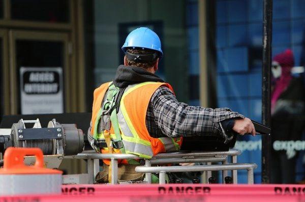 Bild: Bauarbeiter mit Wsste und Gürtel