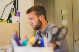 Artikelbild: Problem – Dauersitzen im Home-Office